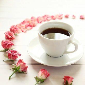 Фото Чашка кофе и мелкие розовые розочки