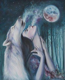 Фото Девушка стоит рядом с воющим волком