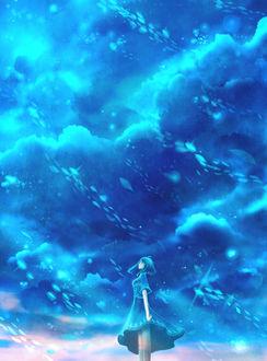 Девушка на фоне облачного неба