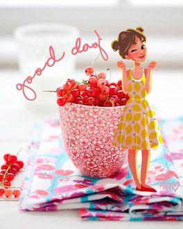 Фото Девушка стоит у чашки со смородиной, (хорошего дня / good day), by dariart. art