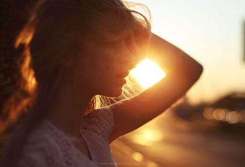 Фото Девушка стоит на фоне солнца, by Anastasia Volkova