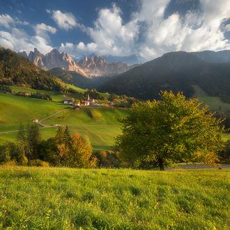 Фото Вид на пасторальную деревушку Санта Маддалена / Santa Maddalena, Италия. Фотограф Валерий Щербина