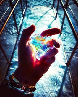 Фото Мужская рука держит камень, переливающийся разными цветами, by nhodjin