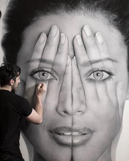 Фото Мужчина пишет портрет девушки
