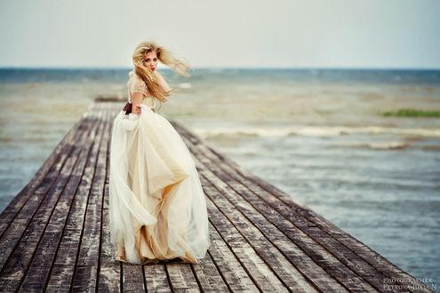 Фото Девушка в длинном платье на деревянном помосте, by Петрова Джулиан