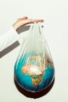 Фото В руке пакет с глобусом