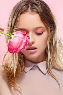 Фото Девушка с розовой розой, Фотограф Matthew Cooke