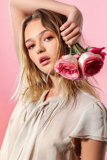 Фото Девушка с розовыми розами, Фотограф Matthew Cooke