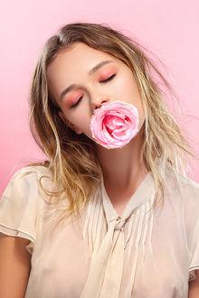 Фото Девушка с розовой розой во рту, Фотограф Matthew Cooke