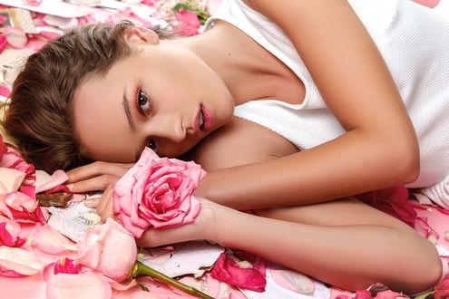 Фото Девушка с розовой розой в руке, Фотограф Matthew Cooke