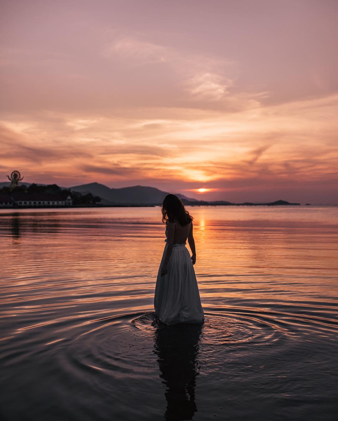 Фото Девушки стоит в воде на фоне заката, by klara_shfl