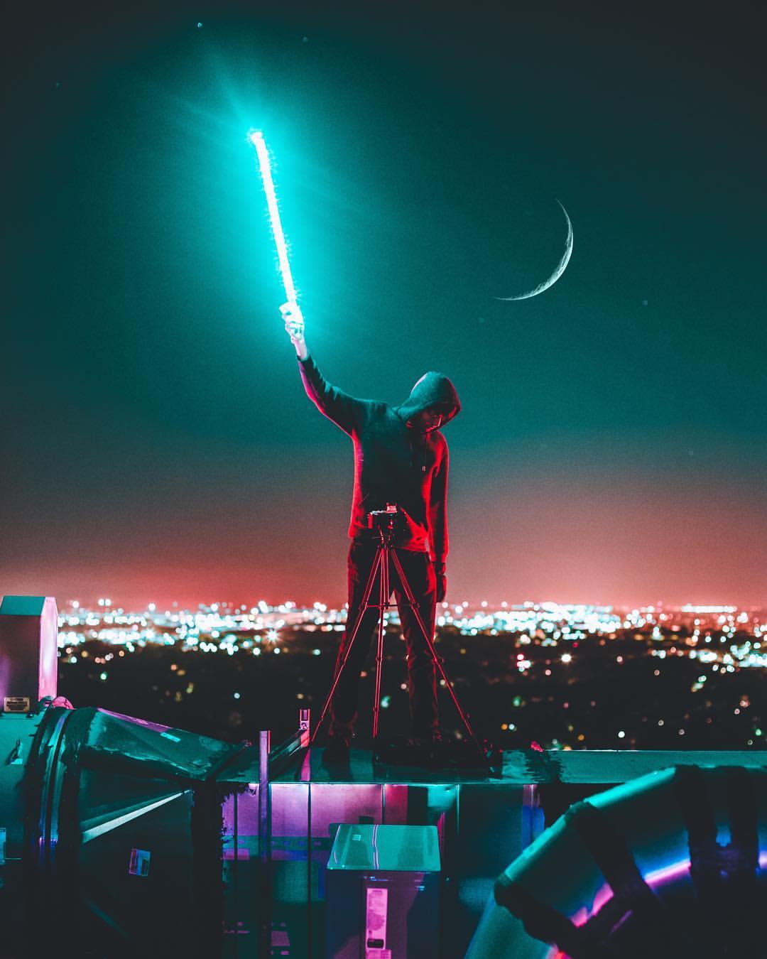 Фото Парень стоит на фоне ночного города, by j. mos