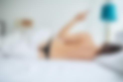 Фото Девушка лежит на постели к нам спиной. Фотограф Christopher Mertz