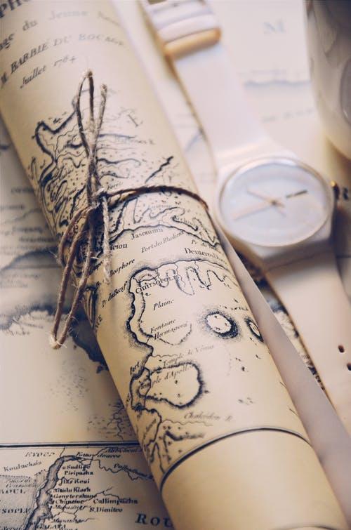 Фото Карта, перевязанная ниткой, и наручные часы лежат на столе, фотограф Ekrulila
