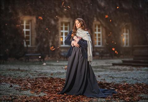 Фото Девушка в длинном платье, с книгой в руках стоит на фоне дома. Фотограф Margarita Kareva