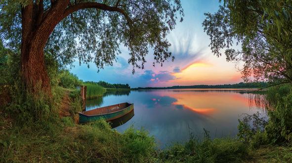 Фото Причаленная лодка на фоне заката. Фотограф Серж Домбровский