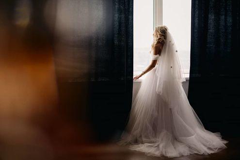 Фото Невеста стоит у окна. Фотограф Антон Блохин