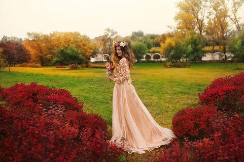 Фото Девушка в свадебном платье, с цветами в руке на природе. Фотограф Stas Pushkarev
