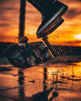 Фото Ноги парня над скейтбордом, by jordi. koalitic