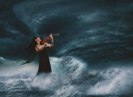 Фото Девушка в черном платье со скрипкой в руках стоит в бушующем море. Фотограф Sergii Vidov