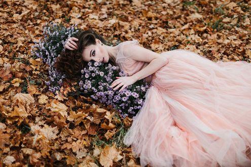 Фото Девушка в платье лежит на осенней листве с цветами. Фотограф Александр Джеймесон