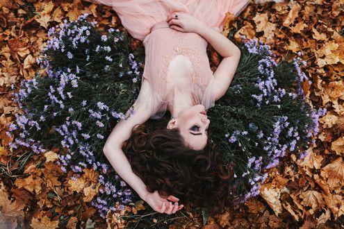 Фото Девушка лежит на осенней листве с цветами. Фотограф Александр Джеймесон