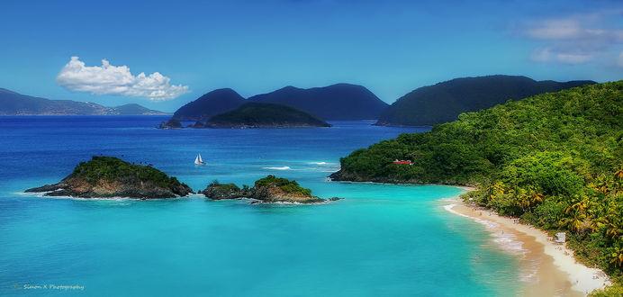 Фото Панорама побережья вдоль голубого моря с парусником, by Simon W Xu