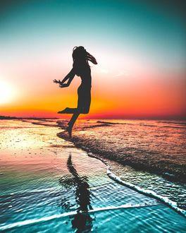 Фото Силуэт девушки на побережье, by j. mos