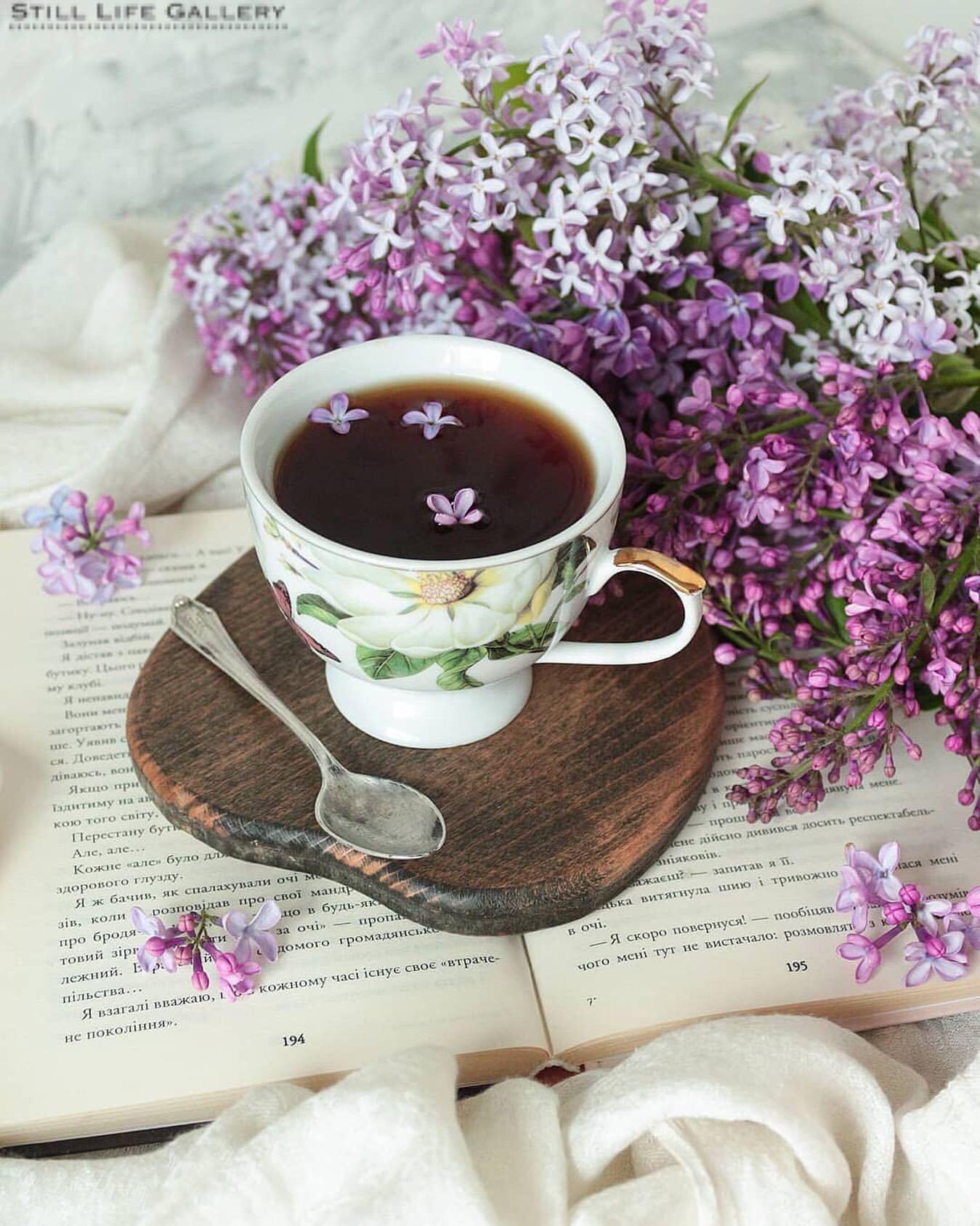Фото Чашка кофе с цветочками сирени на досточке, by still life gallery