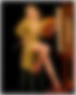 Фото Кокетливая блондинка в халате сидит с палитрой перед мольбертом в стиле pin -up / пин-ап, на черном фоне, by Alfred Leslie Buell