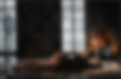 Фото Девушка лежит на полу и смотрит телевизор, by Ilya Rashap