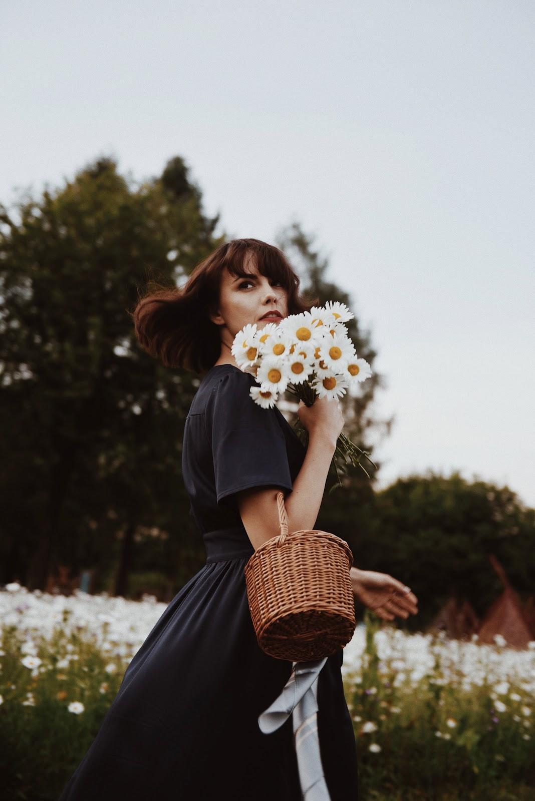 Фото Девушка Kamila Mraz с ромашками в руках стоит на фоне цветущих ромашек, by Mateusz
