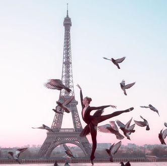 Фото Девушка-балерина на фоне Эйфелевой башни в окружении голубей