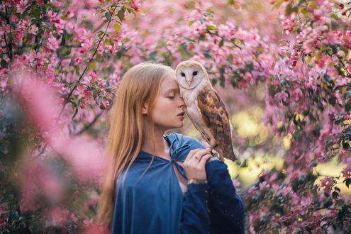 Фото Девушка с совой стоит на фоне цветущих весенних деревьев. Фотограф Савенкова Александра