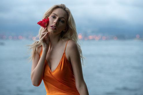 Фото Модель Paula с цветком у лица, by John Simon