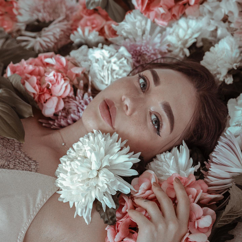 Фото Девушка в окружении цветов, by septembrenell