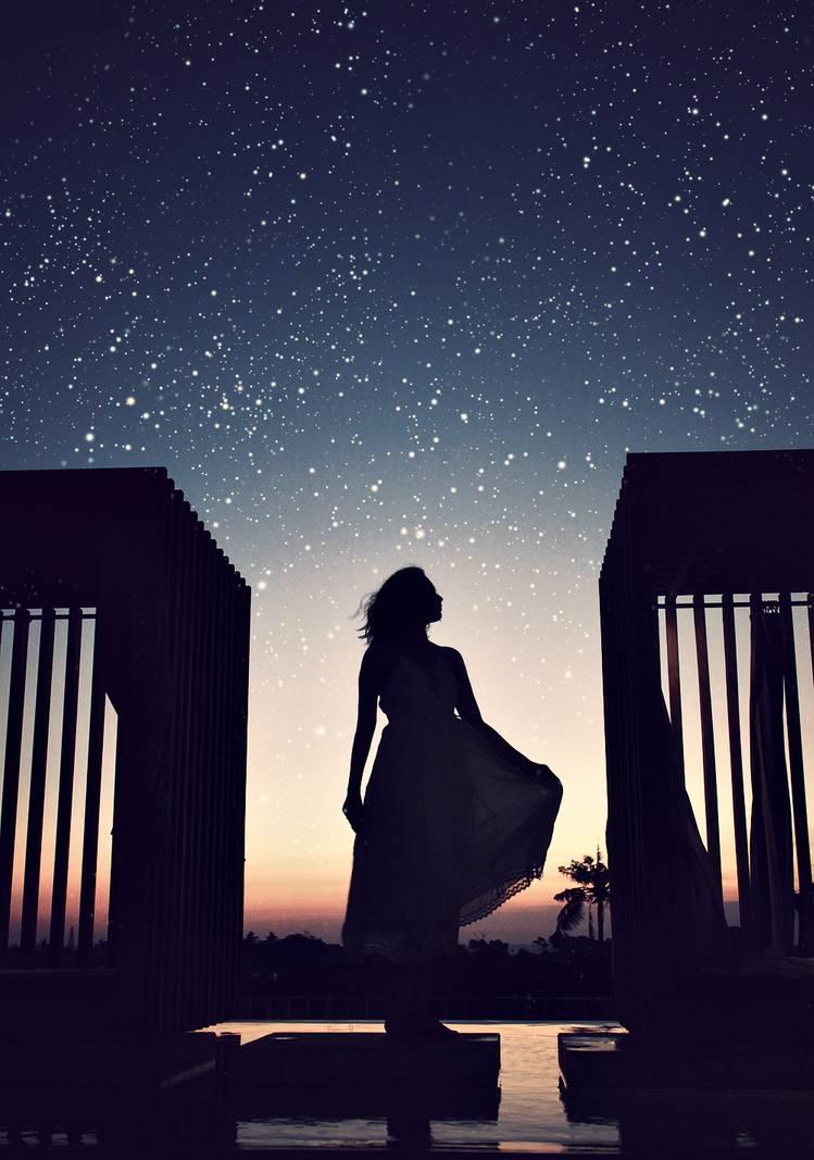 Фото Девушка стоит на фоне ночного неба, by bwaworga
