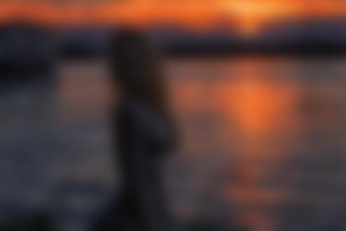 Фото Модель Яна Арбенина стоит у водоема, фотограф Вера Калинкина