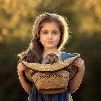 Фото Девочка держит шляпу с ежиком. Фотограф Елена Михайлова
