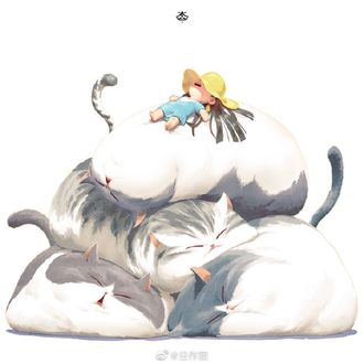 Фото Куча-мала из четырех спящих толстых котов, сверху которой спит девочка