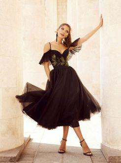 Фото Модель позирует в черном платье с пышной юбкой от Elihav Sasson возле колонн