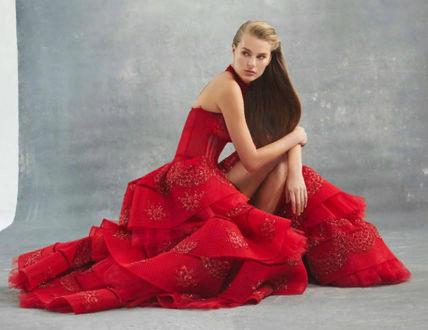 Фото Модель позирует в студии в красном платье от Elihav Sasson, присев на колени, Дизайнер Zelia Kaсar, бренд Sagaza Madrid весна-лето 2019