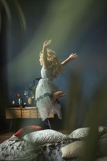 Фото Девочка в прыжке над кроватью. Фотограф Йоко Смирнова