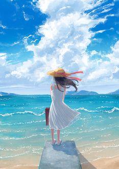 Фото Девочка с чемоданом в белом платье и летней шляпе стоит на мостике у моря на фоне облачного неба