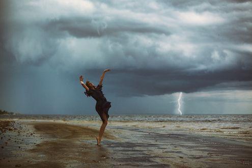 Фото Девушка стоит у моря на фоне облачного неба, фотограф Леонид Мочульский