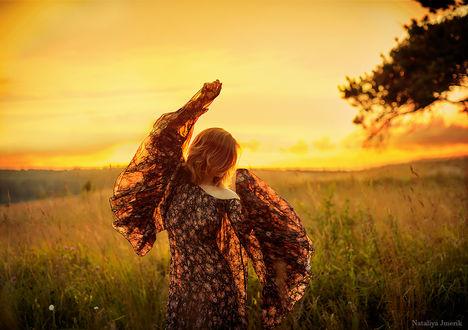Фото Девушка с поднятой вверх рукой стоит в поле. Фотограф Наталия Жмерик