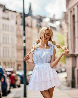 Фото Милая блондинка на улице города, by milena blogs