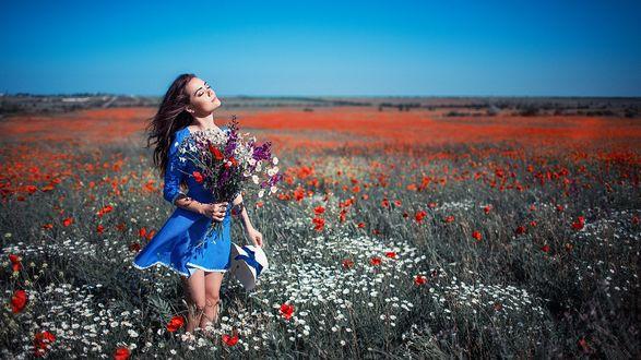 Фото Девушка Ксения Каленич с полевыми цветами и шляпой в руках стоит на цветочном поле, фотограф Сергей Шацков