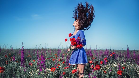 Фото Девушка Ксения Каленич с полевыми цветами в руках стоит на цветочном поле, фотограф Сергей Шацков