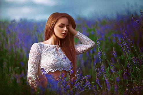 Фото Модель стоит на цветущем поле. Фотограф Ki Te